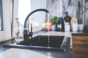 Wasserhahn mit fließendem Wasser